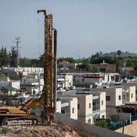 Des travaux de construction dans l'implantation de Yakir, en Cisjordanie, le 11 juin 2020. (Crédit : Sraya Diamant/Flash90)