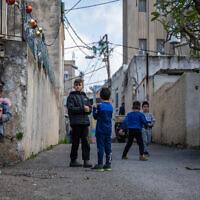Des enfants jouent dans le quartier de Wadi Nisnas à Haïfa, le 5 février 2021. (Crédit :  Shir Torem/Flash90)