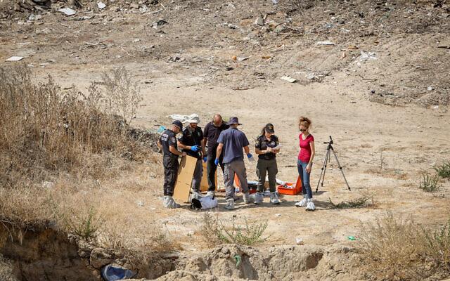 La police sur les lieux où le corps de Lital Yael Melnik, 17 ans, a été retrouvé, sur un chantier de construction, à Kiryat Motzkin, le 2 octobre 2021. (Crédit : Alon Nadav/Flash90)
