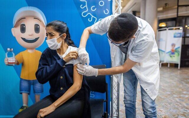Une femme se fait vacciner contre la   COVID-19 dans un centre de la Clalit à Jérusalem, le 3 octobre 2021. (Crédit : Yonatan Sindel/Flash90)