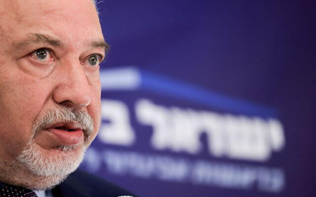 Le chef du parti Yisrael Beytenu Avigdor Liberman pendant une réunion de faction à la Knesset, le 4 octobre 2021. (Crédit : Olivier Fitoussi/Flash90)