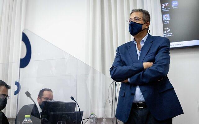 Ilan Yeshua, ancien directeur-général du site d'information Walla, arrive pour témoigner dans le procès de l'ancien Premier ministre Benjamin Netanyahu à la cour de district de Jérusalem, le 5 octobre 2021. (Crédit : Yonatan Sindel/Flash90)