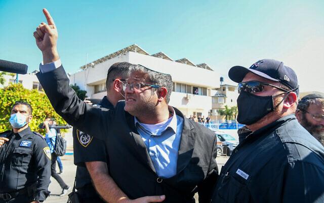 Le député d'Otzma Yehudit Itamar Ben Gvir en visite à Kafr Qasim, le 5 octobre 2021.  (Crédit : Yossi Zeliger/Flash90)