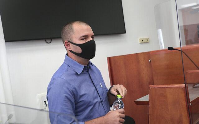 Le directeur de la Treizième chaîne Aviram Elad, ancien rédacteur en chef du site d'information Walla, arrive pour témoigner devant la cour de district de Jérusalem dans le procès de l'ex-Premier ministre Benjamin Netanyahu, le 11 octobre 2021. (Crédit : Flash90)