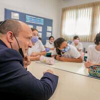 Le Premier ministre Naftali Bennett rend visite à des élèves de l'école Ramon à Modi'in, le 12 octobre 2021. (Crédit : Yossi Aloni/Flash90)