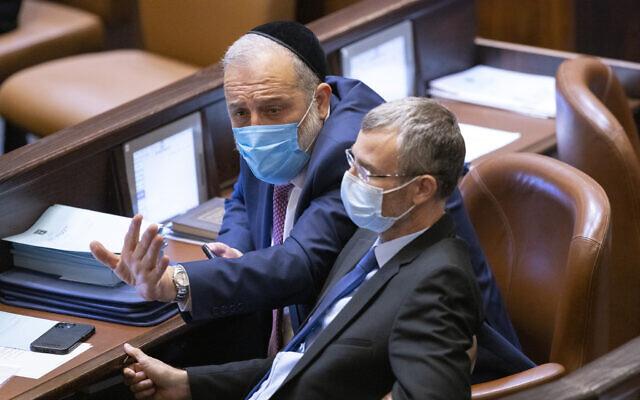 Le chef du parti Shas Aryeh Deri et Yariv Levin du Likud, à la Knesset à Jérusalem, le 18 octobre 2021. (Crédit : Olivier Fitoussi/Flash90)