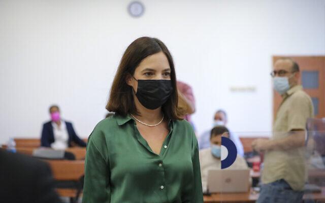 La cheffe du département de l'information du site Walla Michal Klein lors de son témoignage dans le procès de l'ex-Premier ministre Benjamin Netanyahu devant la Cour de district de Jérusalem, le 18 octobre 2021. (Crédit : , Yonatan Sindel/Flash90)
