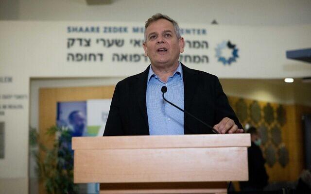 Le ministre de la Santé Nitzan Horowitz en conférence de presse à l'hôpitâl Shaaré Zedek de Jérusalem, le 18 octobre 2021. (Crédit : Yonatan Sindel/ Flash90)