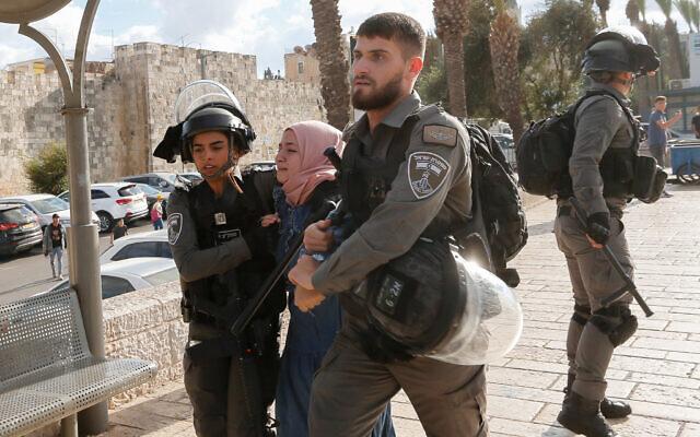 Des Palestiniens affrontent la police lors d'une manifestation à la Porte de Damas dans la vieille ville de Jérusalem, le 19 octobre 2021. (Crédit : Jamal Awad/Flash90)