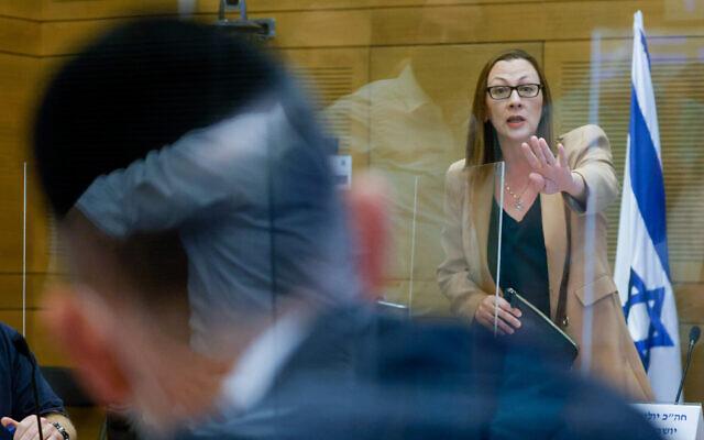 La députée de Yisrael Beytenu Yulia Malinovsky préside une rencontre de la commission des services religieux juifs, le 27 octobre 2021. (Crédit :  Olivier Fitoussi/Flash90)