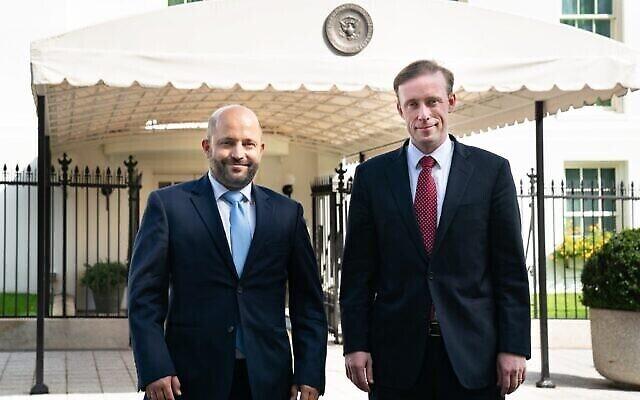 Le chef du conseil de Sécurité nationale israélien Eyal Hulata, à gauche, et son homologue américain Jake Sullivan devant la Maison Blanche, le 5 octobre 2021. (Crédit :  Jake Sullivan/Twitter)