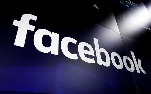 Le logo de Facebook sur les écrans du Nasdaq MarketSite, à Times Square, à New York, le 29 mars 2018. (Crédit : AP Photo/ Richard Drew/ File)