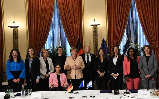 Le Premier ministre Naftali Bennett et la chancelière allemande Angela Merkel, au centre, posent avec toutes les femmes du cabinet gouvernemental (de gauche à droite) : la ministre de la Justice Ayelet Shaked, la ministre de l'Égalité sociale Meirav Cohen, la ministre de l'Économie Orna Barbivai, la ministre de l'Énergie Karine Elharrar, la ministre des Transports Merav Michaeli, la ministre des Sciences Minister Orit Farkash-Hacohen, la ministre de l'Éducation Yifat Shasha-Biton, la ministre de l'Intégration des immigrants Minister Pnina Tamano-Shata et la ministre de la Protection environnementale Tamar Zandberg. (Crédit : GPO)
