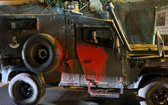 Un véhicule de la police des frontières avec une vitre brisée après une attaque aux jets de pierre et aux pots de peinture aux abords de Yitzhar, en Cisjordanie, le 11 octobre 2021. (Crédit : Police israélienne)