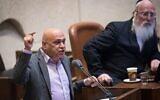 Le député du Meretz Issawi Frej, à gauche, prend la parole lors d'une séance plénière à la Knesset à Jérusalem, le 23 mai 2018. (Crédit : Yonatan Sindel/Flash90)