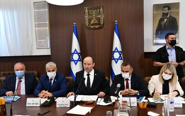 Le Premier ministre Naftali Bennett, au centre, et d'autres ministres lors d'une réunion du cabinet au bureau du Premier ministre de Jérusalem, le 24 octobre 2021. (Crédit :  Haim Zach / GPO)