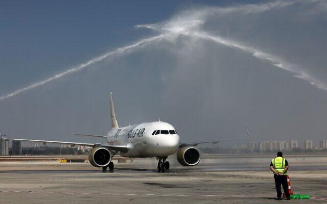 Un avion A320 de Gulf Air en provenance de Manama, la capitale du Bahreïn, est accueilli à son arrivée à l'aéroport Ben Gurion, près de Tel Aviv, le 30 septembre 2021. (Crédit : Photo par EMMANUEL DUNAND / AFP)