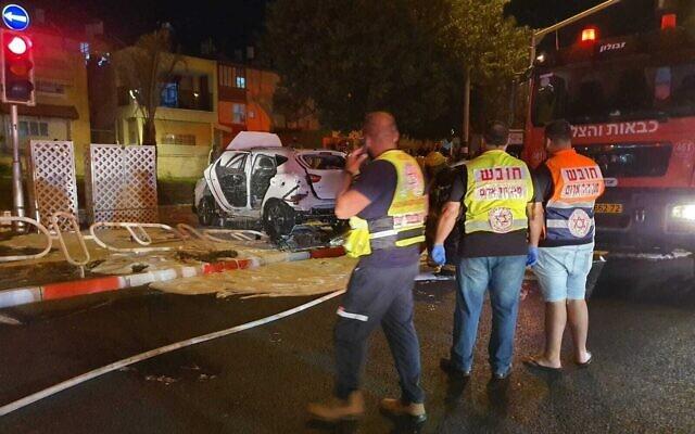 Les premiers secours sur les lieux de l'explosion d'une voiture dans la ville côtière de Nahariya, dans le nord du pays, le 21 octobre 2021. (Crédit : Magen David Adom)