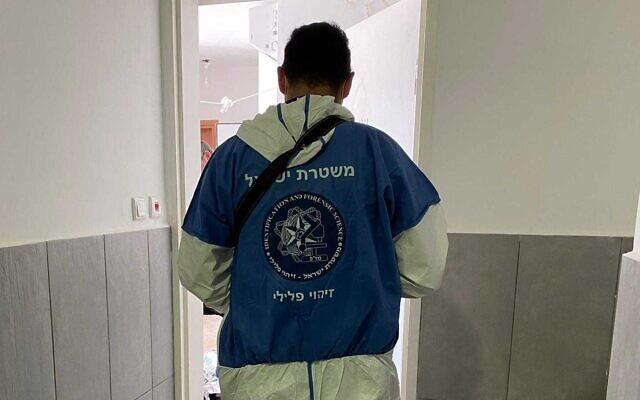 Des agents de police sur les lieux d'un meurtre présumé à Beit Shemesh, le 22 octobre 2021. (Crédit : Police israélienne)