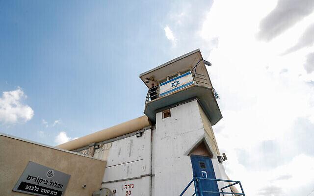 Un gardien de prison dans une tour de surveillance à la prison de Gilboa, dans le nord d'Israël, le 6 septembre 2021. (Crédit : Flash90)