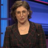 """Mayim Bialik lors de ses débuts dans """"Jeopardy"""", le 31 mai 2021. (Crédit : capture d'écran d'ABC)"""