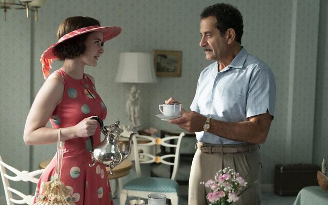 """Tony Shalhoub, jouant Abe Weissman, avec Rachel Brosnahan, jouant Miriam Maisel, dans la saison 3 de """"The Marvelous Mrs. Maisel"""". (Crédit : Amazon Studios)"""