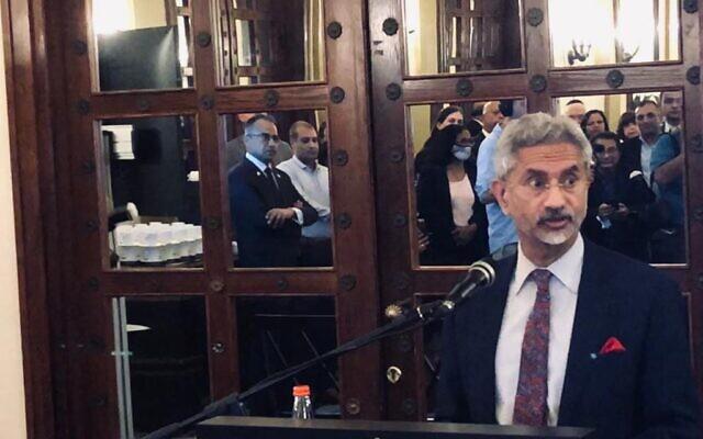 Le ministre des Affaires étrangères Subrahmanyam Jaishankar s'adresse aux Israéliens d'origine indienne au King David Hotel de Jérusalem, le 17 octobre 2021. (Crédit : Lazar Berman, Times of Israel)