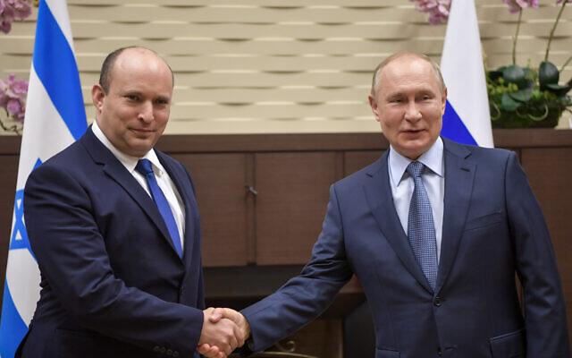 Le Premier ministre Naftali Bennett, à gauche, et le président russe Vladimir Poutine à Sotchi, en Russie, le 22 octobre 2021. (Crédit :  Kobi Gideon / GPO)