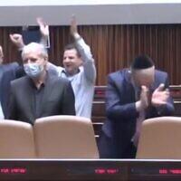 Effusion de joie à la Knesset après l'adoption d'un projet de loi, le 20 octobre 2021. (Capture d'écran Douzième chaîne)