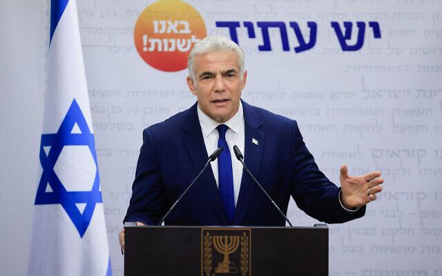 Le leader du parti Yesh Atid, Yair Lapid, prend la parole lors d'une réunion de faction à la Knesset, le 4 octobre 2021. (Crédit : Olivier Fitoussi/Flash90)
