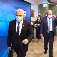 Le ministre des Affaires Etrangères Yair Lapid, à gauche, et le ministre des Finances Avigdor Lieberman, à droite, assistent à une réunion du cabinet au bureau du Premier ministre à Jérusalem, le 1er août 2021. (Crédit : Abir Sultan/Pool Photo via AP)