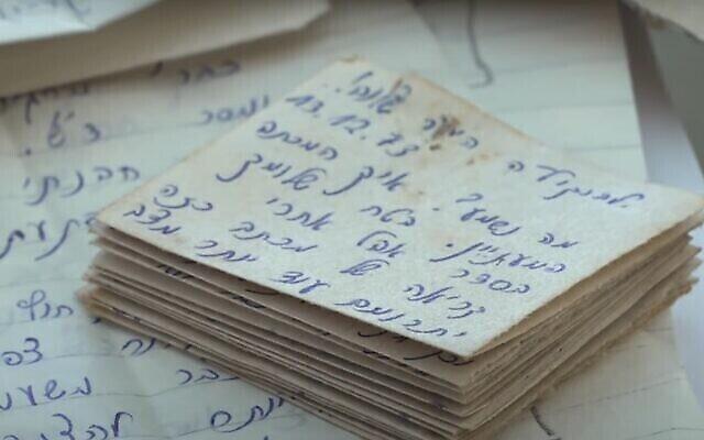 Capture d'écran d'une vidéo montrant les lettres envoyées à un soldat de l'armée israélienne pendant la guerre de Yom Kippour qui n'ont été remises à leur destinataire qu'au mois d'octobre 2021. (Capture d'écran : YouTube)