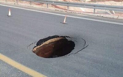 Un trou sur la Route 200 entre Lod et Ramlé, dans le centre du pays, le 7 octobre 2021. (Crédit : Police israélienne)