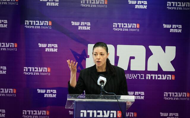 La ministre des Transports Merav Michaeli prend la parole lors d'une réunion de faction de son parti travailliste à la Knesset, à Jérusalem, le 4 octobre 2021. (Crédit : Olivier Fitoussi/Flash90)