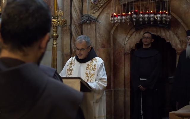 Le ministre général de l'Ordre franciscain, Massimo Fusarelli, prend la parole à la basilique du Saint-Sépulcre à Jérusalem, le 20 octobre 2021. (Crédit : capture d'écran : Youtube/Christian Media Center)