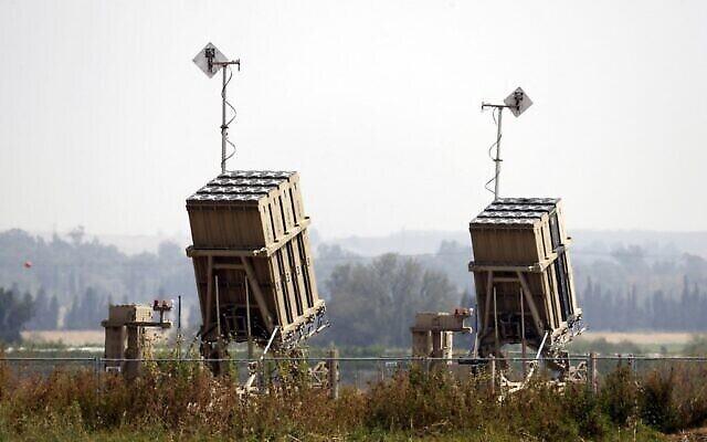 Des systèmes de missiles de défense Dôme de Fer sont photographiés dans la ville de Sderot, dans le sud d'Israël, le 24 avril 2021. (Crédit : Jack Guez/AFP)