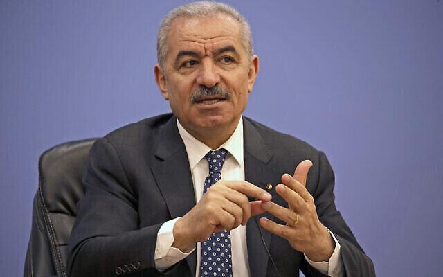 Le Premier ministre de l'Autorité palestinienne Mohammad Shtayyeh s'exprime lors d'une conférence de presse à l'Association de la presse étrangère dans la ville de Ramallah, en Cisjordanie, le 9 juin 2020. (Crédit : Abbas Momani/Pool Photo via AP)