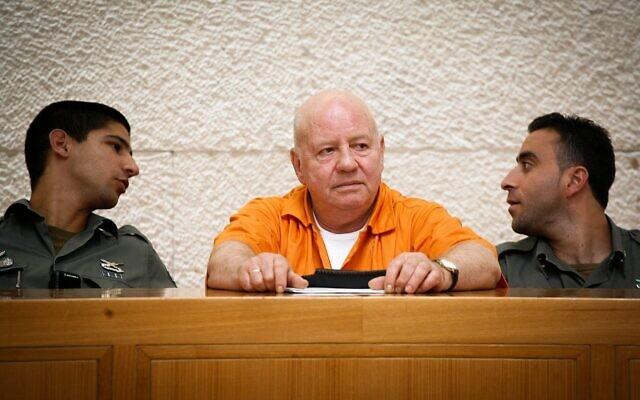 Zvi Gur (c), qui purge une peine de prison à vie pour le meurtre d'Oron Yarden, devant la Cour suprême le 6 juillet 2009. (Crédit : Miriam Alster/Flash90)