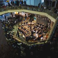 Le Jerusalem Street Orchestra se produit au Clal Building, un festival de musique classique qui revient du 26 au 28 octobre 2021 (Crédit : avec l'aimable autorisation de l'Orchestre de la rue de Jérusalem).