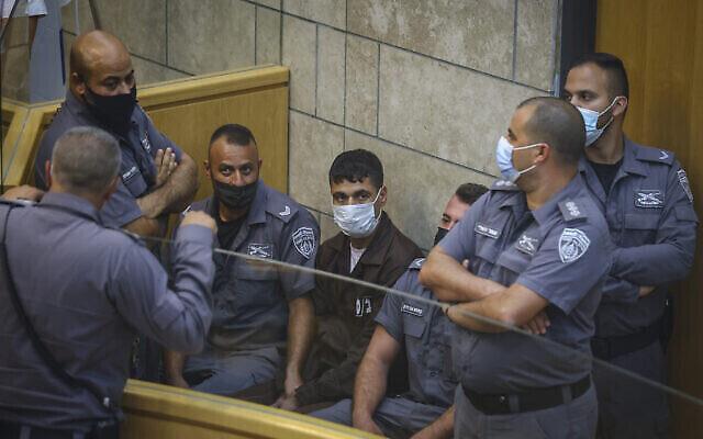 Mahmoud al-Arida, l'un des six prisonniers de sécurité à s'être échappé de la prison de Gilboa, lors d'une audience au tribunal de district de Nazareth, le 11 septembre 2021. (Crédit : David Cohen/Flash90)