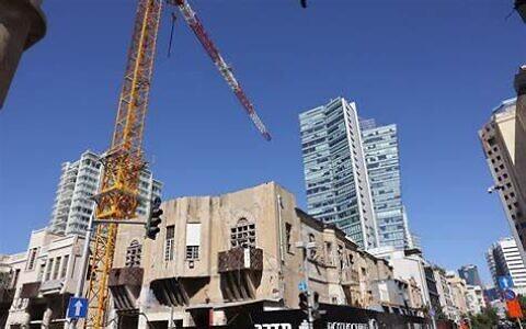Un vieil immeuble jouxte des tours luxueuses aux abords du boulevard Rothschild de Tel Aviv, le 8 septembre 2021. (Crédit : Nati Shohat/Flash 90) :