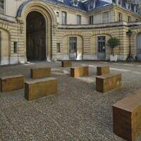 Edmund de Waal, petrichor, vue de l'installation, Musée Nissim de Camondo, 2021 (Crédit MAD, Paris , photo : Christophe Dellière/ autorisation de l' artiste et MAD, Paris)
