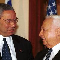 Le secrétaire d'état américain Colin Powell retrouve le  Premier Ministre élu Ariel Sharon,  25 février 2001. (Crédit : Shauli Shem-Tov/Flash90)