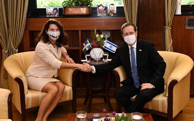 La ministre suédoise des Affaires étrangères Ann Linde rencontre le président Isaac Herzog à Jérusalem, le 18 octobre 2021. (Crédit : Haim Zach/GPO)