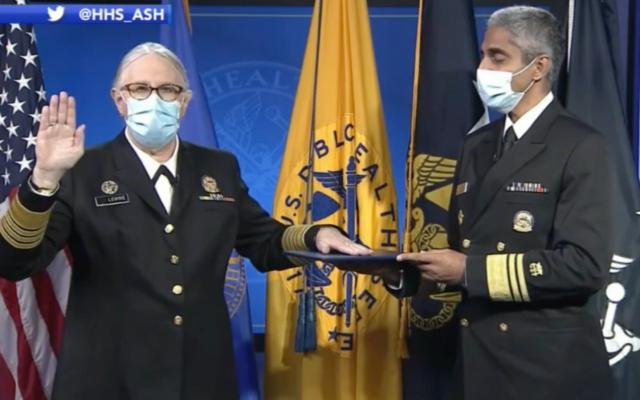 Le Dr Rachel Levine a prêté serment en tant qu'amiral dans le corps des fonctionnaires du service de santé publique des États-Unis le 19 octobre 2021. (Crédit : capture d'écran/YouTube)