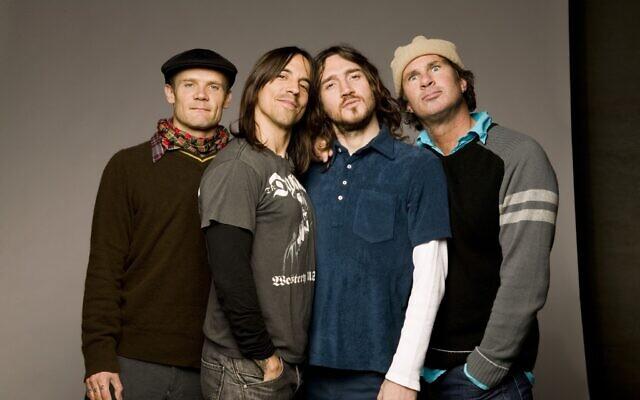 Les quatre membres du groupe Red Hot Chili Peppers ont fixé une nouvelle date de concert en Israël pour 2023 (Crédit : autorisation Red Hot Chili Peppers)