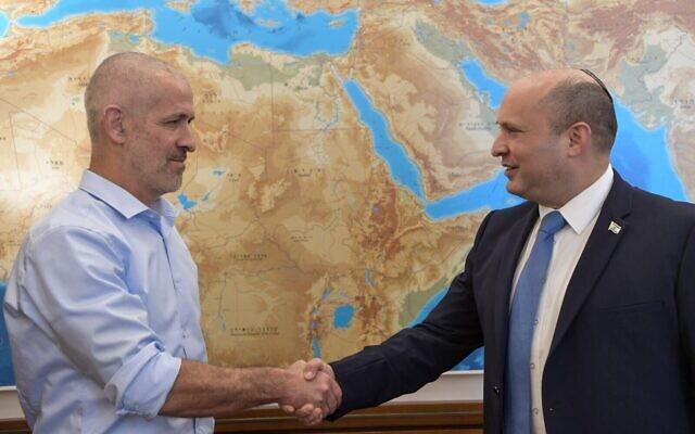 Le nouveau chef du Shin Bet, Ronen Bar (à gauche), en compagnie du Premier ministre Naftali Bennett, le 11 octobre 2021 (Crédit : Kobi Gideon/GPO).