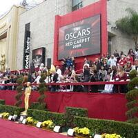 Le tapis rouge devant le Dolby Theatre, où se tiennent les cérémonies des Oscars depuis 2002. (Crédit : Wikimedia)