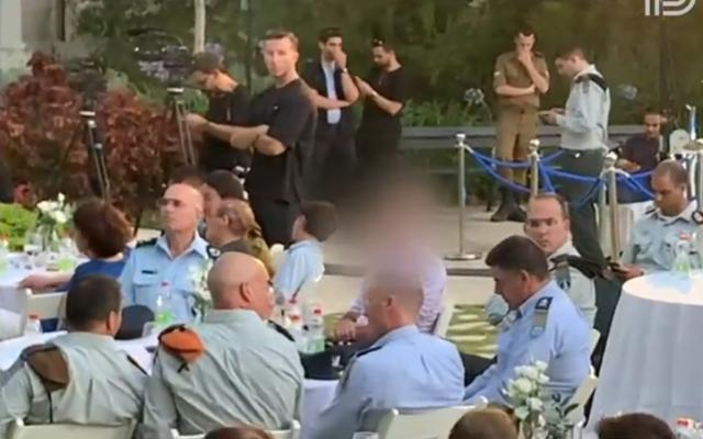 Le chef adjoint du service de sécurité du Shin Bet, 'Resh', avec des responsables militaires lors d'une cérémonie dont la date n'a pas été précisée. (Capture d'écran: Treizième chaîne)