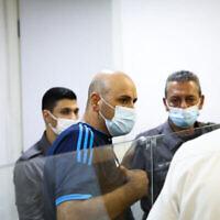 Nasim Sah, le suspect dans l'accident de voiture de Nahariya qui a tué un bénévole de la police, lors d'une audience au tribunal de Haïfa, le 22 septembre 2021. (Crédit : Alon Nadav/Flash90)[/caption]